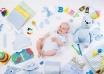Bebé rodeado de artículos de regalo