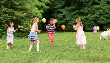 Niños jugando con globos al aire libre