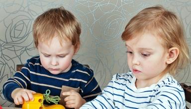 Niños jugando atando cordones