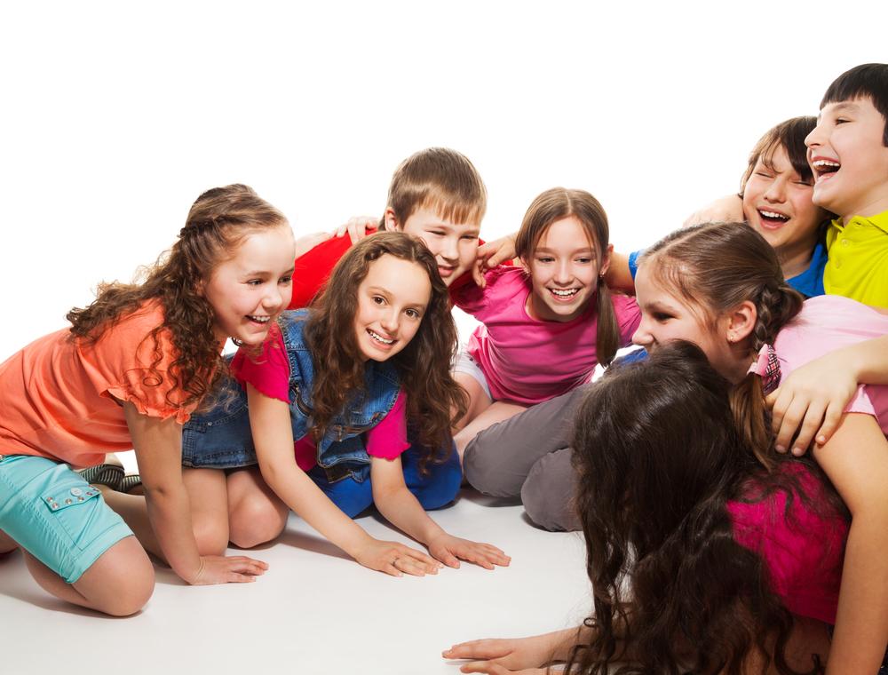 Niños en grupo jugando en el suelo