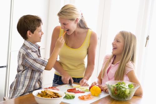 Niños aprendiendo a preparar la comida